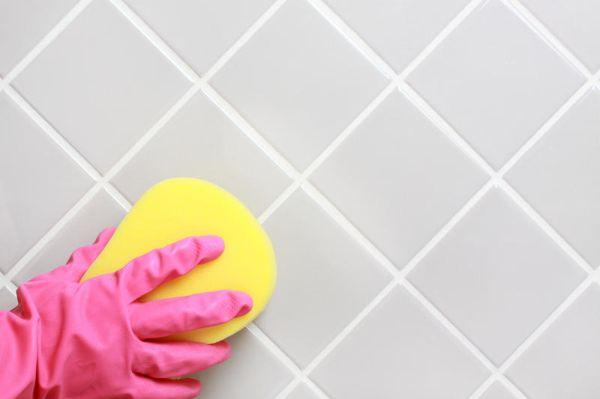 Клей на плитке лучше всего убирать сразу пока она не затвердела