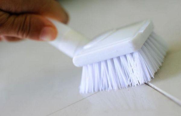 Для очистки кафеля категорически запрещается применение металлических и жестких губок