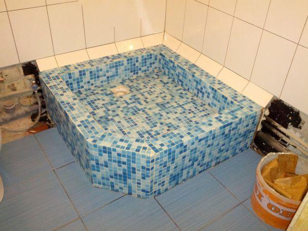 Поддон для душа – это ограниченная по размерам площадка, где человек принимает душ
