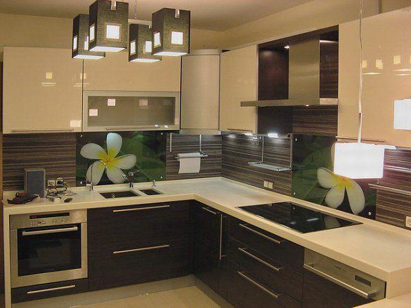 Фартук на кухне выполняет функцию защиты от грязи, жира, и от всевозможных загрязнений