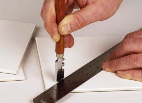 Резка кафеля стеклорезом требует наименьших материальных затрат и навыков