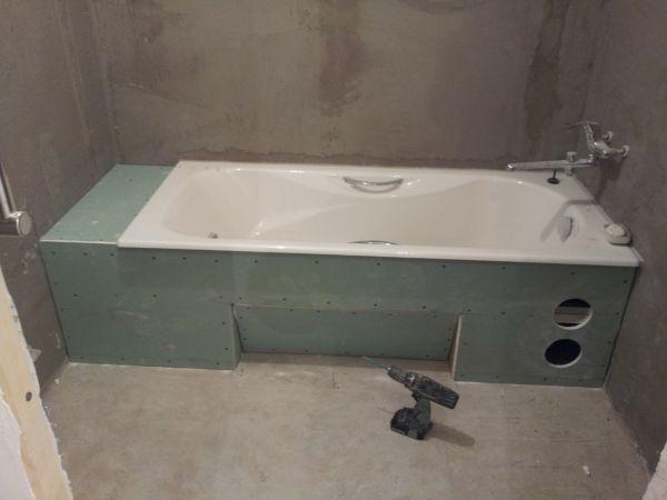 Монтировать гипсокартон в ванной можно одним из двух способов: приклеиванием на стены или с помощью профильного каркаса