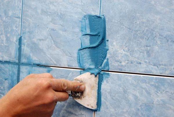 Нанесение фуги происходит резиновым шпателем