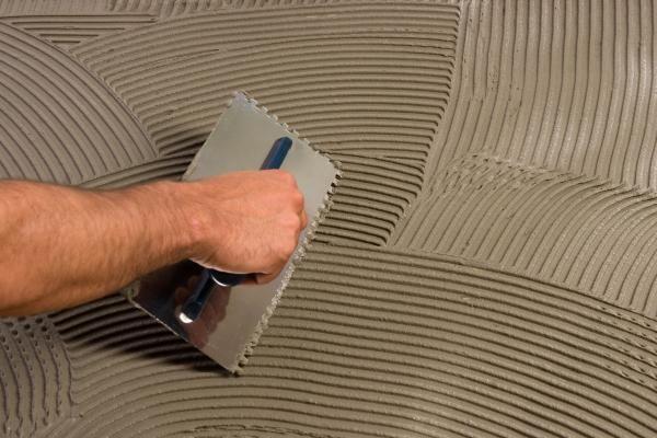 Приготовленный плиточный клей должен быть достаточно пластичным