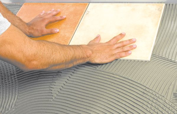 Кристаллизация разведенной рабочей смеси происходит довольно быстро, поэтому приклеивать плитку приходится с определенной сноровкой