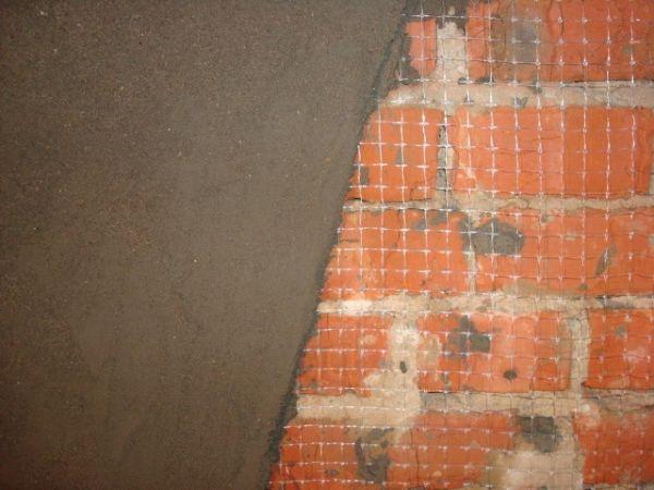Существует 2 способа оштукатуривания кирпичных стен – с установкой маячков и без них