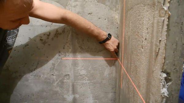 Для проверки ровности стены можно использовать различные методы