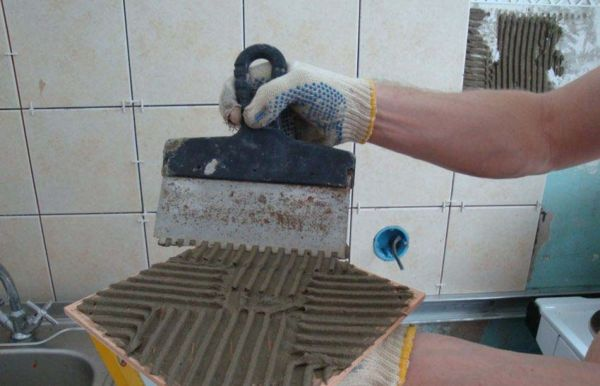При нанесении тонкого слоя клея будет трудно равномерно распределить его по поверхности