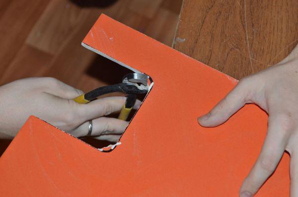 Зажмите плитку щипцами в центре на отмеченной линии и надавите на ручки