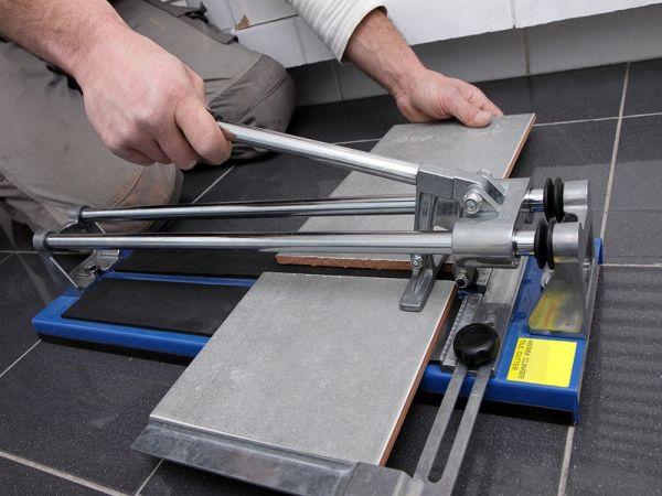 Ручным плиткорезом работают со стеновой плиткой и плиткой для пола, но толщиной не более 12мм