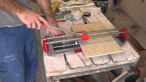 Плиткорез ручной – наиболее удобный и простой инструмент для резки плитки