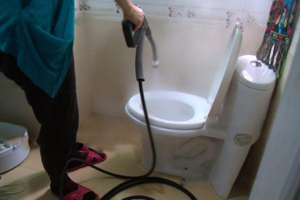 Парогенератор - отличное средство для чистки и дезинфекции ванной, туалета и поверхности плитки