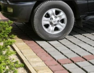 Прочное покрытие из брусчатки под автомобиль