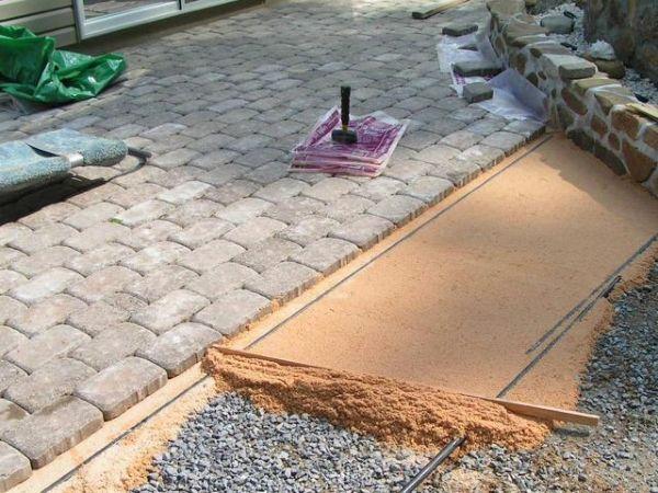 Перед укладкой тротуарной плитки необходимо тщательно подготовить основание