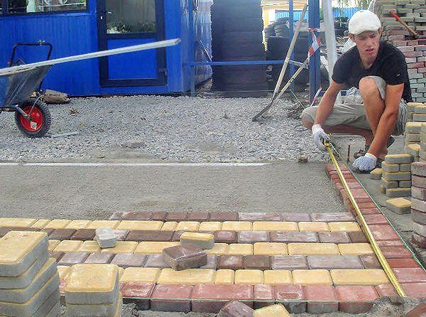 Утрамбовка тротуарной плитки проводится только по сухой поверхности