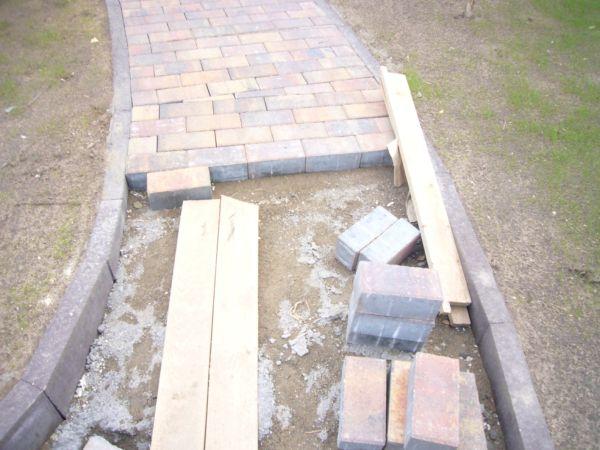 Следует разобраться в том, как организовать укладку тротуарной плитки