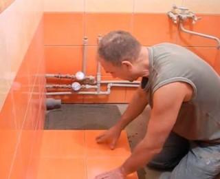 Добротная укладка плитки на пол ванной комнаты