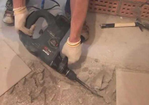 Производим демонтаж пола: снимаем старые доски и стяжку