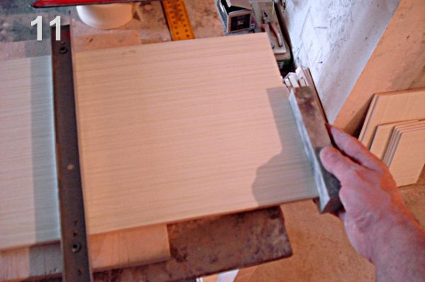 Установка внутреннего уголка при укладке плитки