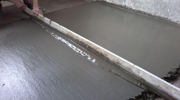Для того чтобы бетонная или цементная стяжка пола получилась ровная, используется система маяков