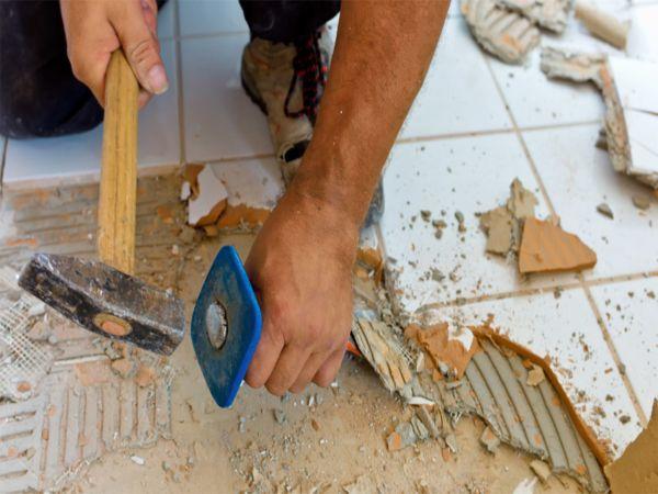 Демонтаж плитки с помощью зубила и молотка