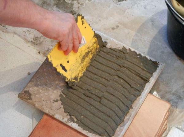 От качества клеящей смеси зависит то, как хорошо будет держаться плитка
