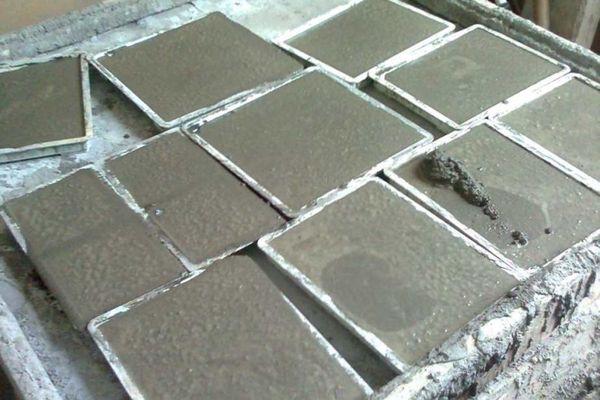 разлитые в формах плитки
