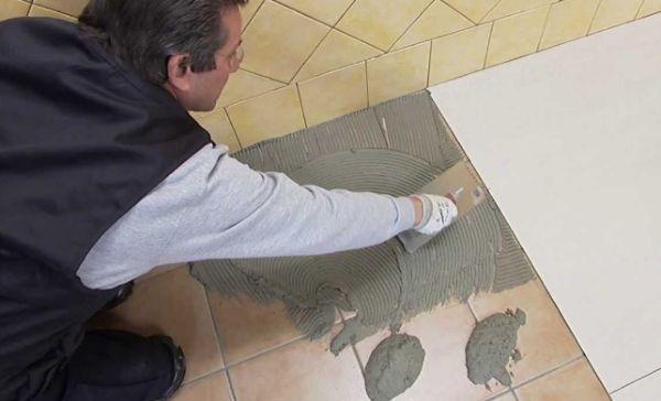 Укладка плитки на старый кафель по своей технологии мало отличается от обычной, хотя свои нюансы все же есть