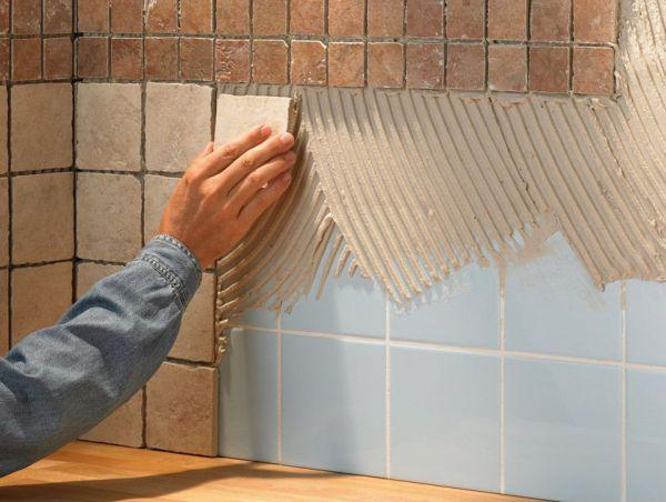 Чтобы выяснить, можно ли положить новую плитку на старую, необходимо обследовать прочность ее крепления к основанию