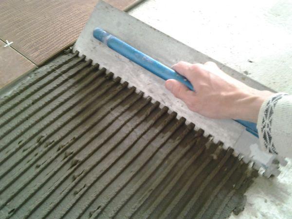 Выбирая клей для керамической плитки надо понимать, какого именно размера кафель вы будете клеить