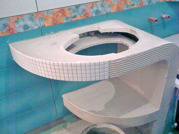 Каркас из гипсокартона должен прилегать к стенкам ванной комнаты
