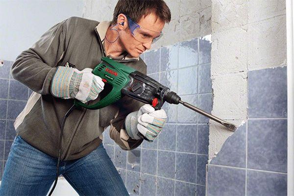 Перед укладкой новой плитки нужно снять старый слой покрытия
