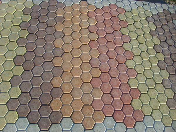 Тротуарная плитка Соты представляет из себя композицию из четырех шестиугольных фигур