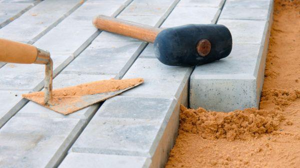 Забивать кладку в песок можно и с помощью обычного молотка