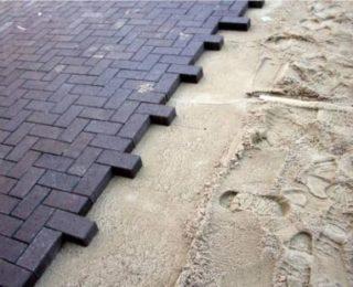 Как добротно положить тротуарную плитку на песок