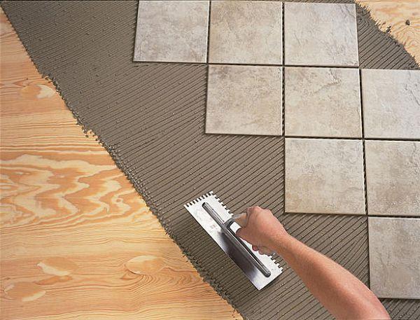 Самый сложный этап укладки плитки на деревянный пол-это подготовка основания пола