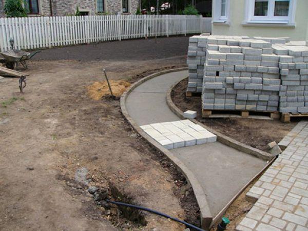 тротуарная плитка на бетонное основание укладывается не совсем так, как на щебеночно-песчаную подушку.