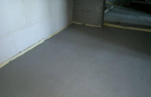 Керамическую плитку следует класть на идеально ровную и уже подготовленную поверхность