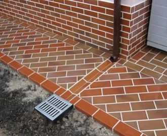 Правильная отделка отмостки тротуарной плиткой