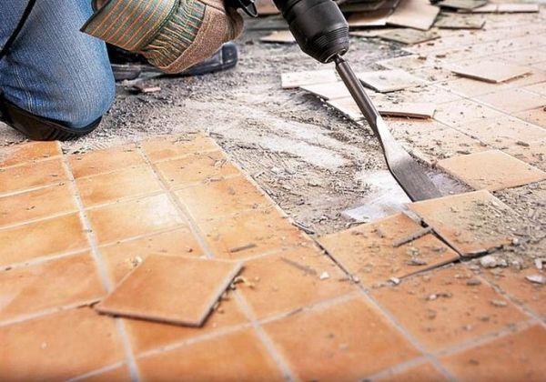 Начинать следует с демонтажа старого унитаза и ванной, а только потом снимать плитку со стен и полов