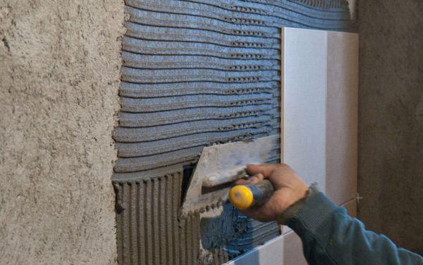 Нельзя выполнять укладку плитки в туалете на окрашенные стены