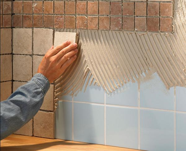 При укладки плитки на плитку, необходимо придать старой плитке шероховатость