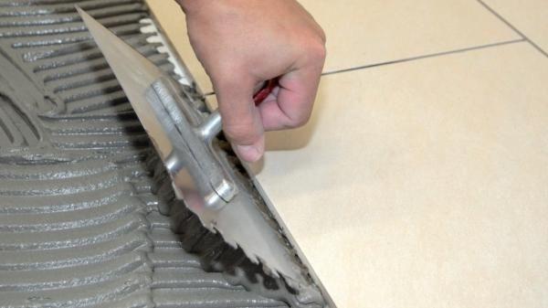 Укладка плитки под гребенку происходит куда быстрее и не требует особой квалификации мастера