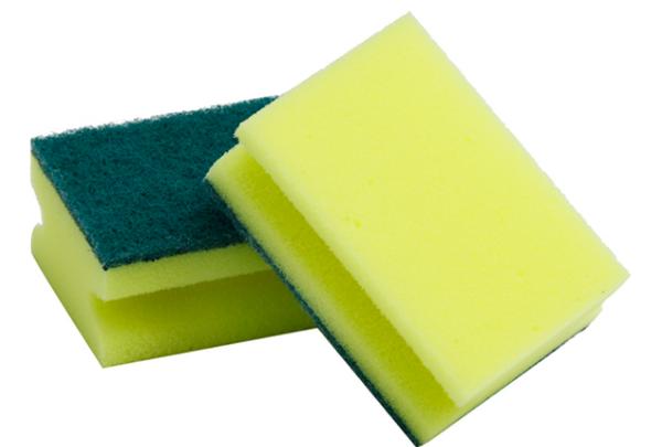 Для удаление остатков клеев и затирок можно и спользовать и гублу для мытья посуды