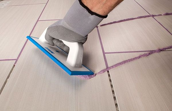 Затирка швов - это очень важный этап работы, без которого отделка стен и полов керамической плиткой не может считаться завершенной