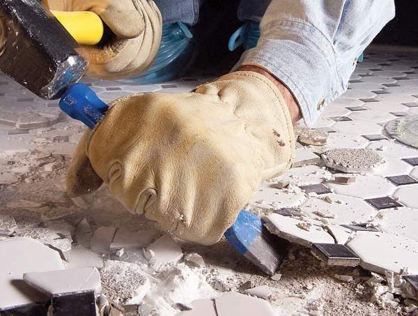 Далее плитка осторожно извлекается с пола шпателем или стамеской