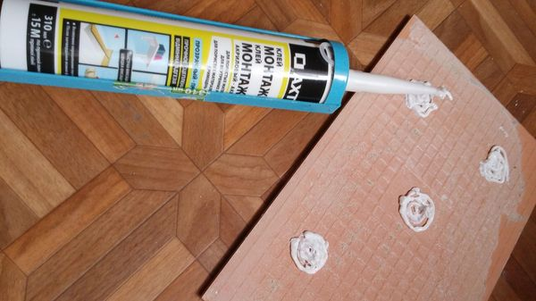 нанесение жидких гвоздей на плитку