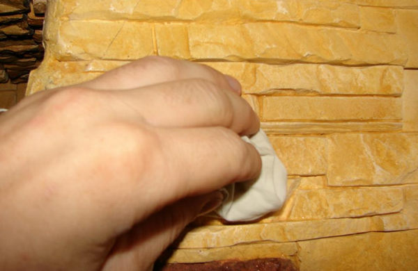нанесение лака на плитку