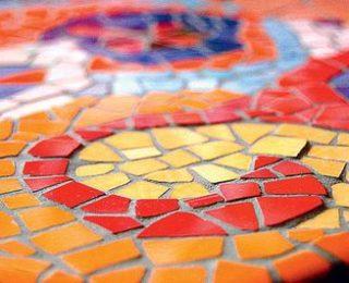 Красивая мозаика из битой керамики